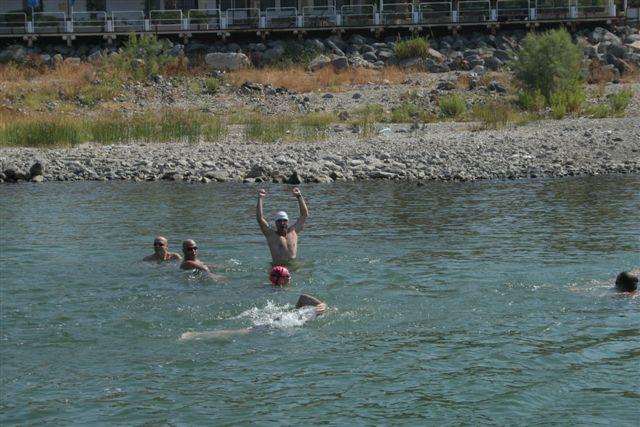שחיינים במים