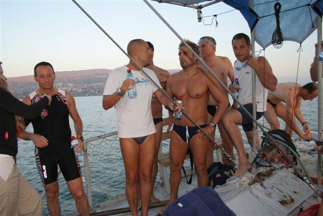 שחיינים על סירה