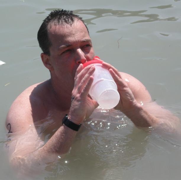 איש שותה