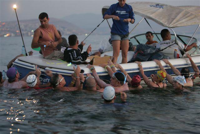 שחיינים נאחזים בסירה