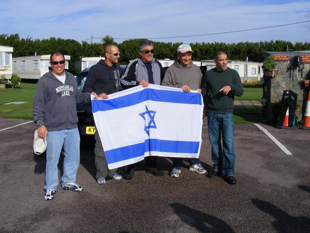 אנשים מחזיקים את דגל ישראל