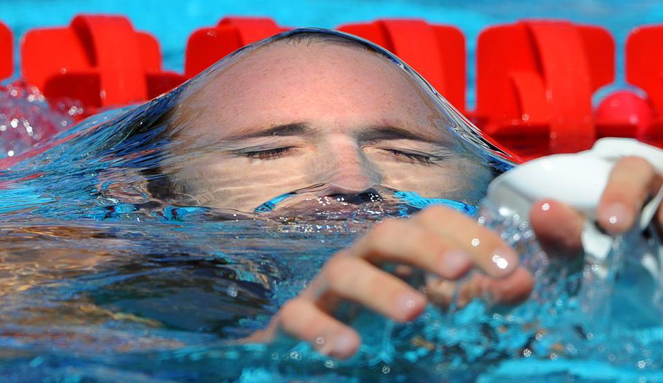 שחיין עולה אל פני המים