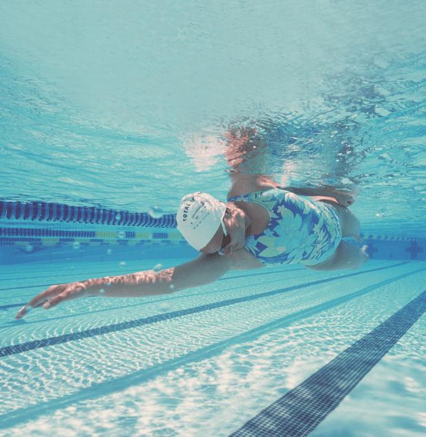 אישה שוחה שחיית חתירה