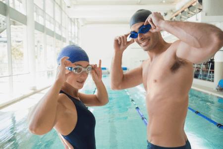 גבר ואישה עם משקפות שחייה